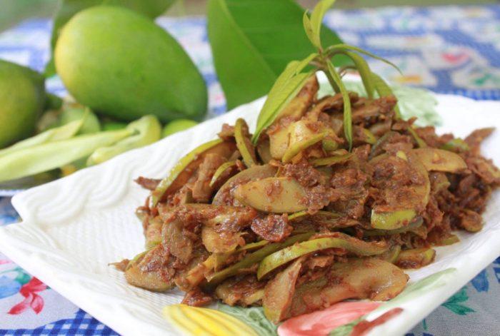 သရက္သီးစိမ္း ေၾကာ္ (Green Mango Fried)