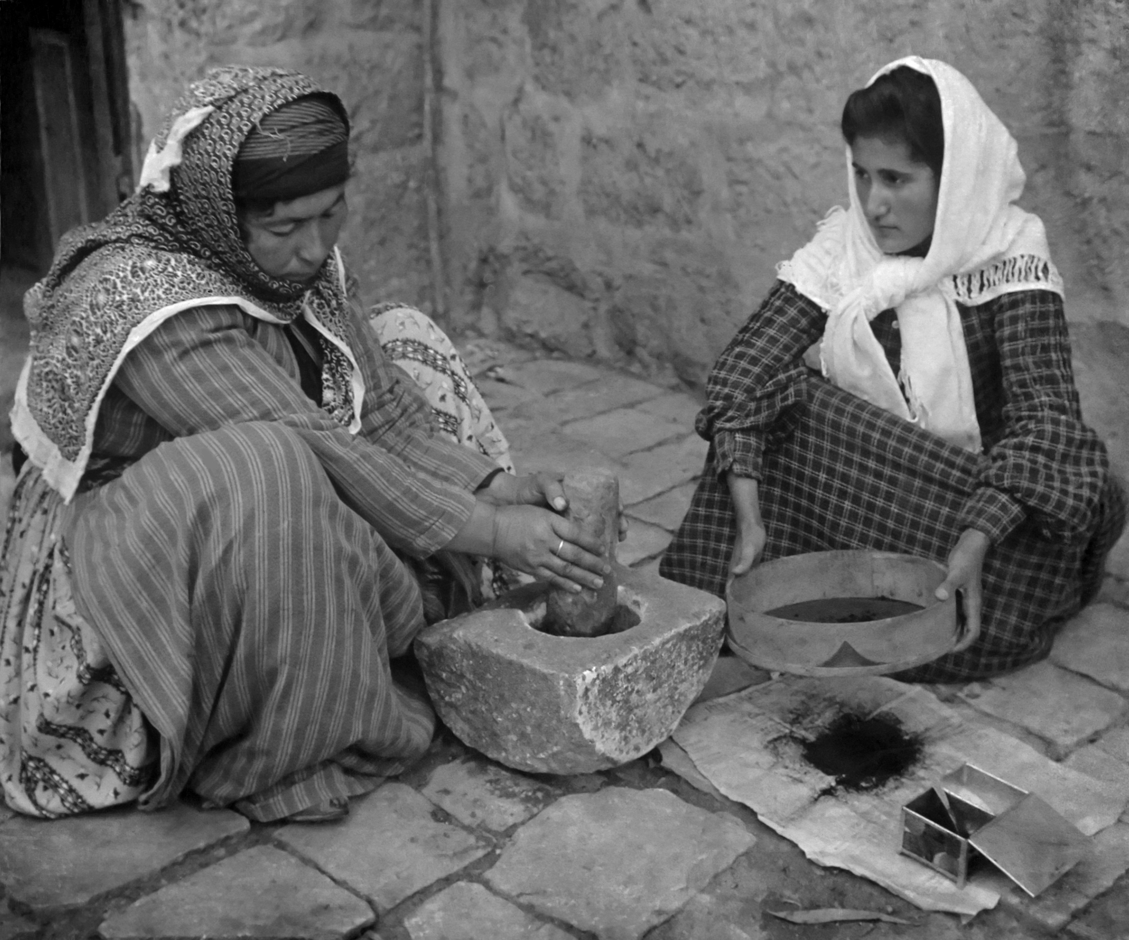 Palestinian_women_grinding_coffee_beans