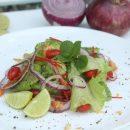 ၾကက္သြန္အနီေရာင္ နွင္႕ အစိမ္းရြက္ သုပ္ (Red Onion and Green Salad)