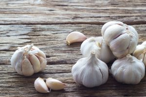11-dandruff-natural-treatment-garlic