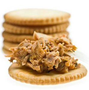 Canned-Tuna-on-whole-wheat-crackers