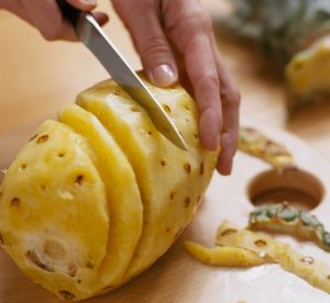BKS049969_spiral-cutting-peeled-pineapple_Photo-by-Meredith