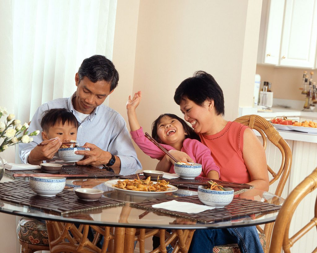 1280px-Family_eating_a_meal_(2)