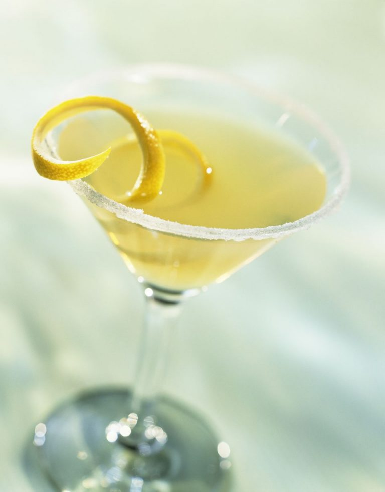 အိမ္မွာ အလြယ္တကူ လုပ္ေသာက္ႏိုင္တဲ့ သံပုရာ Martini cocktail