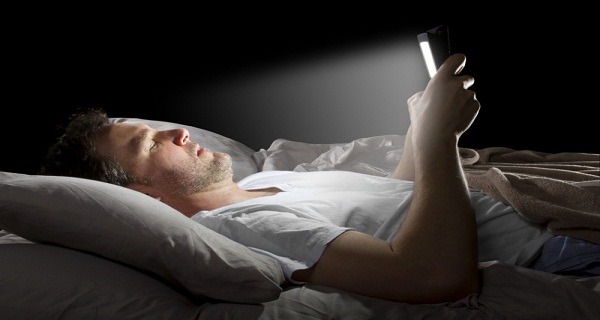 What-happens-to-our-body-when-we-look-at-our-cell-phone-before-going-to-sleep
